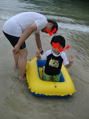 鍋田浜海水浴場でボートを楽しむ息子とじいじ