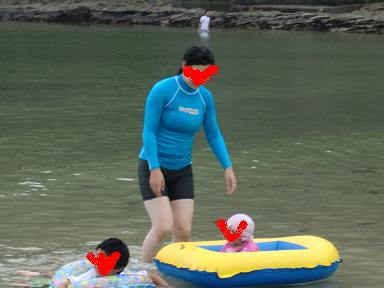 鍋田浜海水浴場でボートに無理やり乗せられる娘8ヶ月