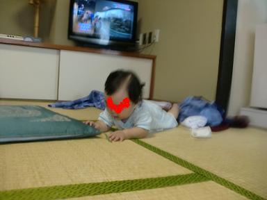 下田東急ホテルの和室を満喫する娘