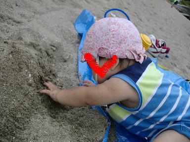 鍋田浜海水浴場でお砂遊びする生後9ヵ月の娘