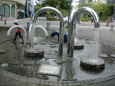 噴水で遊ぶ息子
